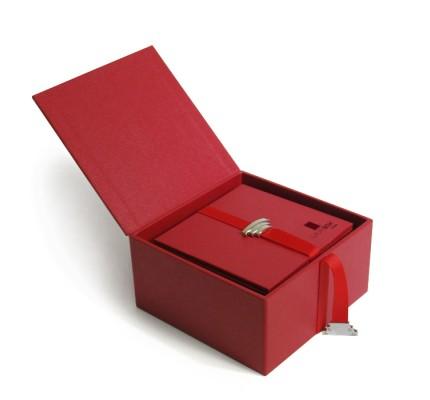 Caja forrada roja abierta