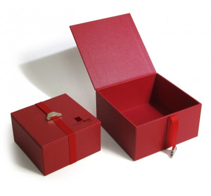 Cajas forradas rojas