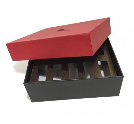 Caja forrada con tapa roja abierta